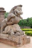 León gigante que machaca el elefante de la guerra en la entrada Imagenes de archivo