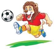 León que juega a fútbol Imagen de archivo libre de regalías