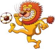León valiente que golpea un balón de fútbol con el pie stock de ilustración