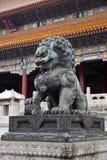 León y bola verdes chinos fotografía de archivo