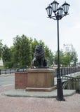 León y lámpara cerca del puente de Pusklinsky Foto de archivo
