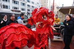 León y mujer rojos en el festival Fotos de archivo