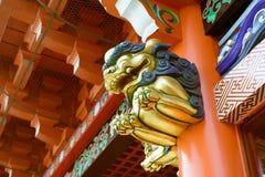 Leões transportados por via aérea sob o beirado da porta no santuário de Kanda Myojin, Tóquio, Japão Imagem de Stock Royalty Free