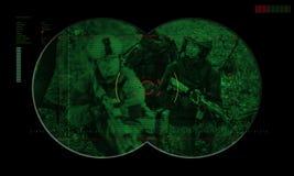 Leśniczy drużyna podczas nocy operaci zakładnika ratuneku widok fotografia royalty free