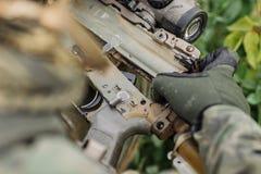 Leśniczy naprawy dylemat karabin z narzędziem Obraz Royalty Free