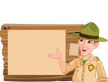 Leśniczy wskazuje przy drewnianym znakiem Obraz Royalty Free