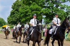 Leśniczych milicyjni jeźdzowie pokazują w miasto konia festiwalu Obraz Stock