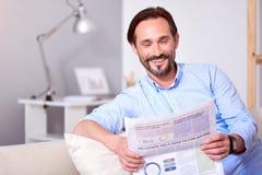 leżanki mężczyzna gazety czytanie Obrazy Royalty Free