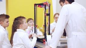 Le ¡ de Ð hildren à l'école étudient une imprimante 3d banque de vidéos