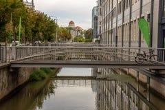 Le ¼ de Pleissenmà de rivière hlgraben dans la ville Leipzig de l'eau avec beaucoup de ponts images stock