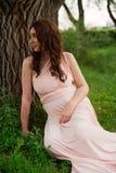 Le årigt vila för gravid kvinna 25-29 vid sjön Posera utomhus motherhood maternity arkivbilder