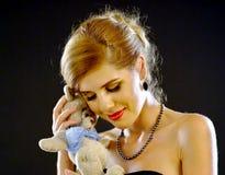 le 18ème anniversaire de la fille qui obtiennent le vintage d'ours joue le cadeau Image stock