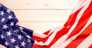 le 4ème juillet, le Jour de la Déclaration d'Indépendance des USA, bannière en bois légère, drapeau américain Photos libres de droits