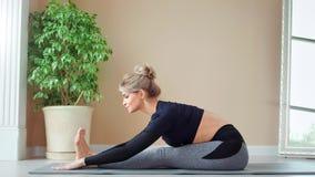 Le övande yoga för barfota kvinna som har positiv sinnesrörelse på det fulla skottet för studio lager videofilmer