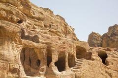 Le abitazioni hanno scolpito nelle rocce, PETRA, Giordania Immagine Stock Libera da Diritti
