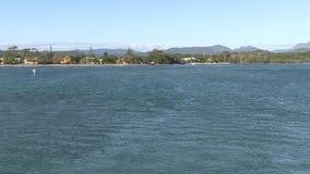 Le acque dell'insenatura di Tallebudgera come si apre l'avvicinamento dell'oceano stock footage
