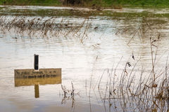 Le acque di inondazione del fiume sommergono il sentiero per pedoni Fotografia Stock Libera da Diritti