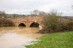 Le acque di inondazione di Rother del fiume scorrono sotto il ponte a Bodium, Risonanza Immagine Stock Libera da Diritti
