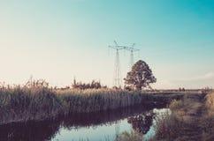 Le acque luride dalla fogna inquinano un concetto del fiume/ecologia del lago: acqua che zampilla dalla fogna al fiume fotografie stock libere da diritti
