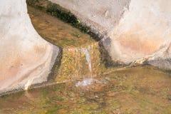 Le acque reflue scorrono da tubo Immagini Stock Libere da Diritti