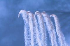 Le acrobazie aeree sono perse nel fumo che stanno gettando fotografia stock libera da diritti
