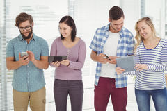 Le affärsfolk som använder elektroniska grejer Arkivfoto