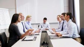 Le affärsfolk som i regeringsställning möter lager videofilmer