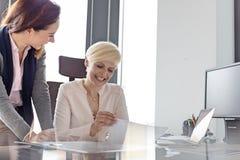 Le affärskvinna- och kvinnligchefen med projekt i regeringsställning Royaltyfri Fotografi