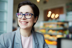 Le affärskvinnan Enjoying Break i kafé royaltyfri bild