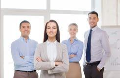 Le affärskvinnan i regeringsställning med laget på baksida Royaltyfria Foton