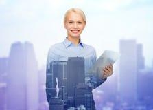 Le affärskvinnan med minnestavlaPCdatoren Arkivbilder
