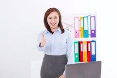Le affärskvinnan och den stora tummen som isoleras upp på vit bakgrund på kontoret affärsidé isolerad framgångswhite Kvinna på ar arkivfoto