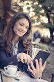 Le affärskvinnan på kaffeavbrottet som netto surfar på flik Royaltyfri Foto