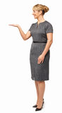 Le affärskvinnan Showing Invisible Product Royaltyfri Bild