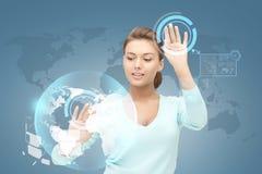 Le affärskvinnan som arbetar med den faktiska skärmen Royaltyfria Foton