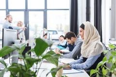 Le affärskvinnan som arbetar på datoren arkivfoto