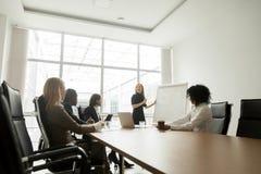 Le affärskvinnan som ger presentation till den olika businesspeoen Royaltyfria Foton