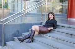 Le affärskvinnan som ligger på trappa av kontorsbyggnad Fotografering för Bildbyråer