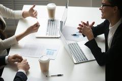 Le affärskvinnan som tycker om samtal med kollegor under teamw royaltyfri fotografi