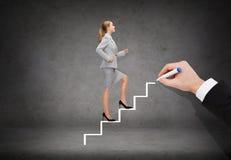 Le affärskvinnan som upp kliver trappuppgången Arkivfoton