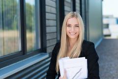 Le affärskvinnan utanför kontoret Arkivbilder