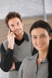 Le affärsman på mobil Arkivfoton