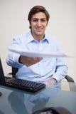 Le affärsman som räcker över skrivbordsarbete arkivbilder
