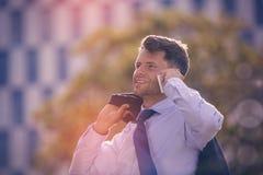 Le affärsman som talar på den mobila telefonen Royaltyfria Bilder