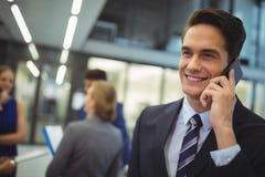 Le affärsman som talar på den mobila telefonen Arkivfoton