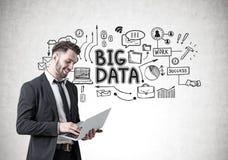 Le affärsmannen med en bärbar dator, stora data Fotografering för Bildbyråer
