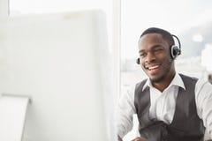 Le affärsmannen med hörlurar med mikrofon som påverkar varandra royaltyfri fotografi