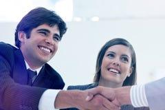 Le affärsmannen och hans kollega som stänger ett avtal med en partner Arkivfoton