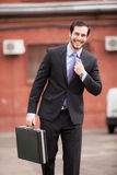 Le affärsmannen som går på gatan royaltyfri bild