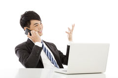 Le affärsmannen som lyckligt talar vid den smarta telefonen Royaltyfria Bilder